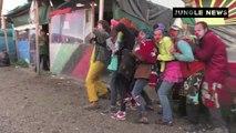 Des clowns essaient de divertir les migrants à Calais.