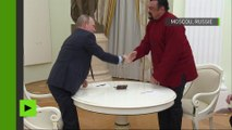Vladimir Poutine remet un passeport russe à l'acteur hollywoodien Steven Seagal