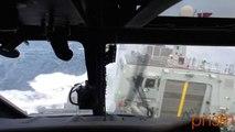 L'atterrissage périlleux d'un hélicoptère de l'armée danoise sur un bateau par mer agitée