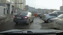 Russie: 3 jeunes mettent la pression à un conducteur, ils vont regretter...