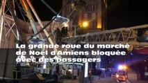 La grande roue du marché de Noël d'Amiens bloquée avec des passagers