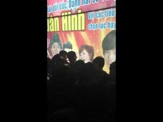 Hot Boy Kẹo Kéo bị fans bao vây không cho về tại Thành Phố Vinh