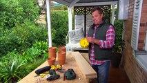 Il réalise un chef-d'œuvre de jardinière avec des pots en terre cuite. Une idée bricolage à reprendre