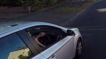 Ce motard veut faire un beau geste mais il va finalement se venger de ce chauffard... A VOIR!!!!