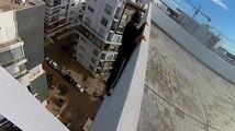 Tractions dans le vide en haut d'un immeuble.