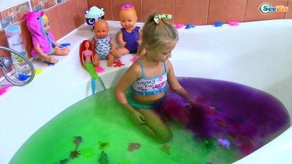 Развлечение для детей Много Игрушек Ярослава Купается и Красит Воду! Fun for kids Bath Time