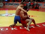 Il se fait casser le genoux par son adversaire mais gagne le combat malgré tout