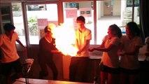 Ce prof de chimie est fou... boule de propane en feu de main en main