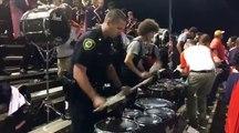 Lors d'une manifestation, un policier s'approche des percussions. Sa prestation surprend plus d'un !