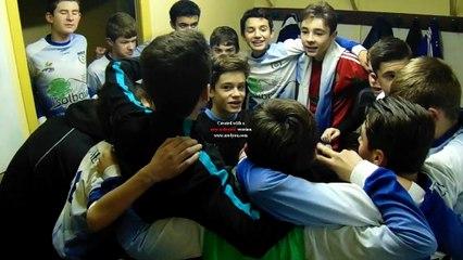 U15 dans le vestiaire après la victoire