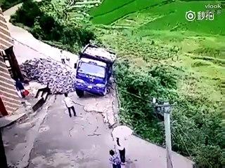 Un chinois évite la mort en sautant de son camion !