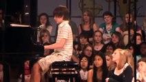 L'interpretation de ce garçon un peu timide surpend toute l'école. Ils sont sans voix