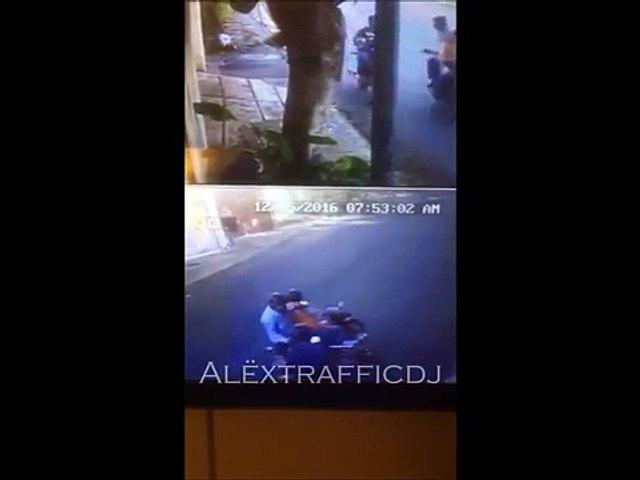 En segundos y a plena luz del día  roban moto en Caracas