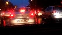 Soirée, la foule, la circulation, la pluie, la voiture, le bruit ambiant, rue, ville