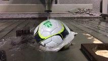 Découper des ballons de sport avec un laser d'eau ! Tennis, foot, rugby