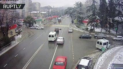 Un vehículo se autoestaciona después de expulsar al conductor en un accidente