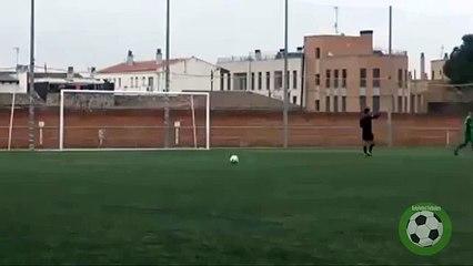 Mira la violenta reacción de un jugador después de que un árbitro cantara penal