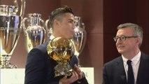 Foot - Ballon d'Or : Cristiano Ronaldo reçoit le Ballon d'Or 2016