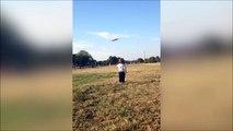 Ce bébé pense que l'avion va lui atterrir dessus.. Trop mignon