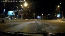 Ce chauffeur de bus russe est juste très très bon... Drift sur neige