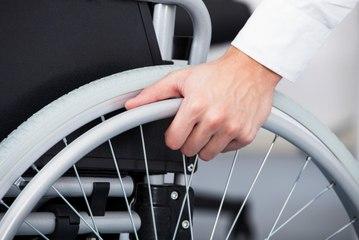 Cadeira de rodas para qualquer terreno facilita a mobilidade