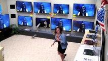 Alors que des clients souhaitent acheter une télévision, une drôle de surprise va venir tout gâcher !