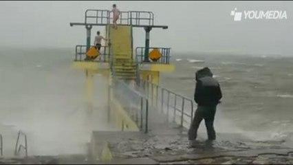 La follia estrema di due ragazzi: tuffi nell'oceano durante una tempesta