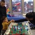 Quand Slimani et Mahrez offrent un match de baby-foot a un enfant malade de Leicester