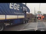 Ternate (VA) - Camion incastrato tra i binari si scontra con treno (16.12.16)
