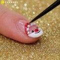 Elle trace une ligne de vernis rouge et une ligne blanche! Ses ongles seront parfait pour Noël!
