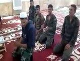 حلب کی ایک مسجد میں قبضہ اور مسجد کے تقدس کو پامال کرنے کے بعد بشار کے فوجی جوان اسلام کے ایک اہم رکن نماز کا مذاق اڑاتے