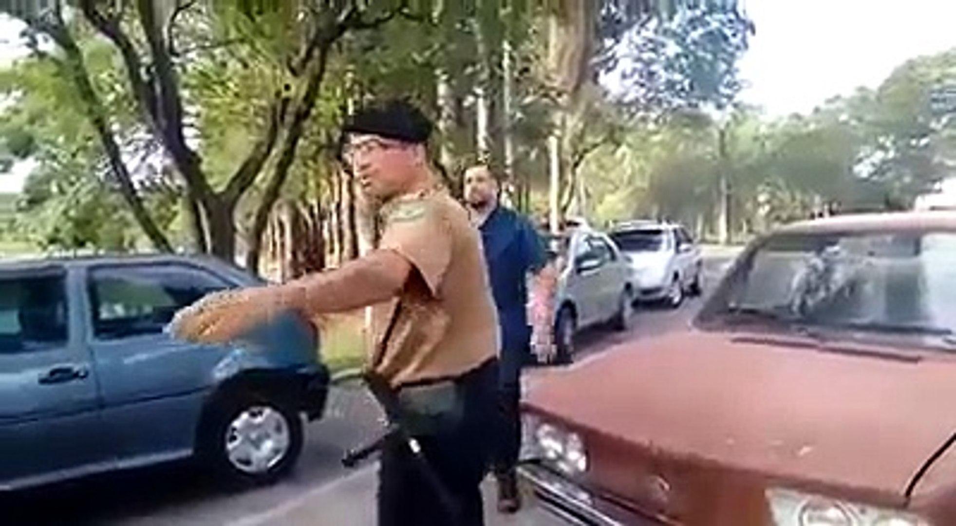 Agressão covarde: Homem acerta soco e chute em segurança mulher