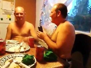 Deux russes s'éclatent à se mettre des coups de taser !
