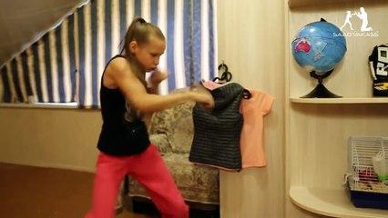 Cette jeune boxeuse très expérimentée explose sa porte de chambre !