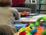 Sa maman lui dit de ne pas toucher au verre d'eau, mais regardez bien ce que ce bébé va faire…