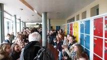 Un professeur part en retraite, acclamé par 700 collégiens !!