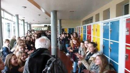 700 collégiens acclament un professeur pour son départ à la retraite