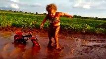 Le plaisir de cet enfant qui se roule dans une flaque est communicatif