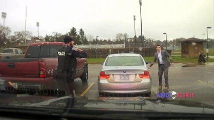 Un policier fait le noeud de cravate d'un étudiant
