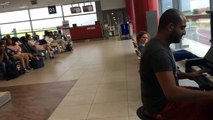 Парень сел за пианино в аэропорту и просто начал играть