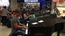 Quand un pianiste pro joue dans un aéroport par surprise.
