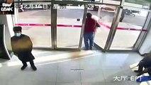 Il fait tomber 3500 dollars en billet dans la rue en sortant de la banque... Le pauvre!