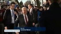 فتاة مسلمة محجبة ترفض مصافحة رئيس ألمانيا تشبثا بمبادئها!-egmI4ZKLDMs