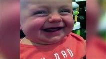 Plié de rire quand papa lui dit qu'il pu...