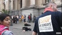 Deux inconnus viennent s'incruster avec un artiste de rue à Bruxelles