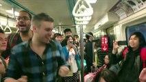 imagina você no metrô e um grupo desse começa a dar um show Muito legal!