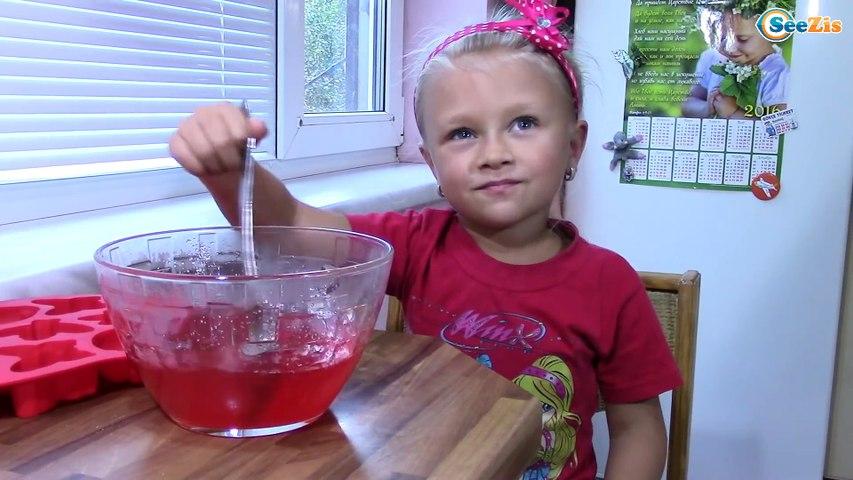 Ярослава готовит разноцветное ЖЕЛЕ - КОТЕНОК Видео для детей