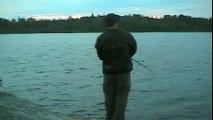 Il voulait pousser le chien dans l'eau, mais sa sournoiserie va lui faire un vilain tour…