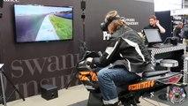 Il réussit à chuter en moto... sur un jeu de simulation en réalité virtuelle. Quel con