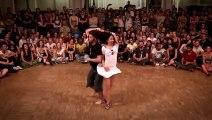 Ces danseurs commencent à danser assez lentement, mais quand ils accélèrent, le public s'enflamme !